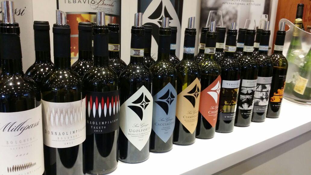 Bottiglie pronte all'apertura di Vinitaly 2015